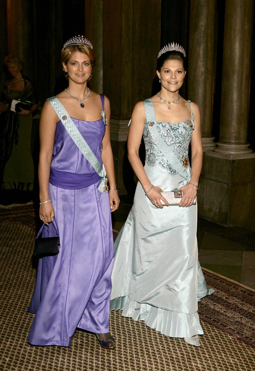 Siskokset prinsessa Madeleine ja kruununprinsessa Victoria Nobel-gaalassa vuonna 2006.