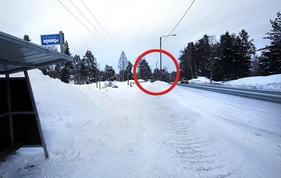 Sari Liinaharja katosi kotinsa lähellä olevalta bussipysäkiltä. Pysäkki sijaitsi 1980-luvulla kuvassa keskellä olevan valaisinpylvään paikkeilla.