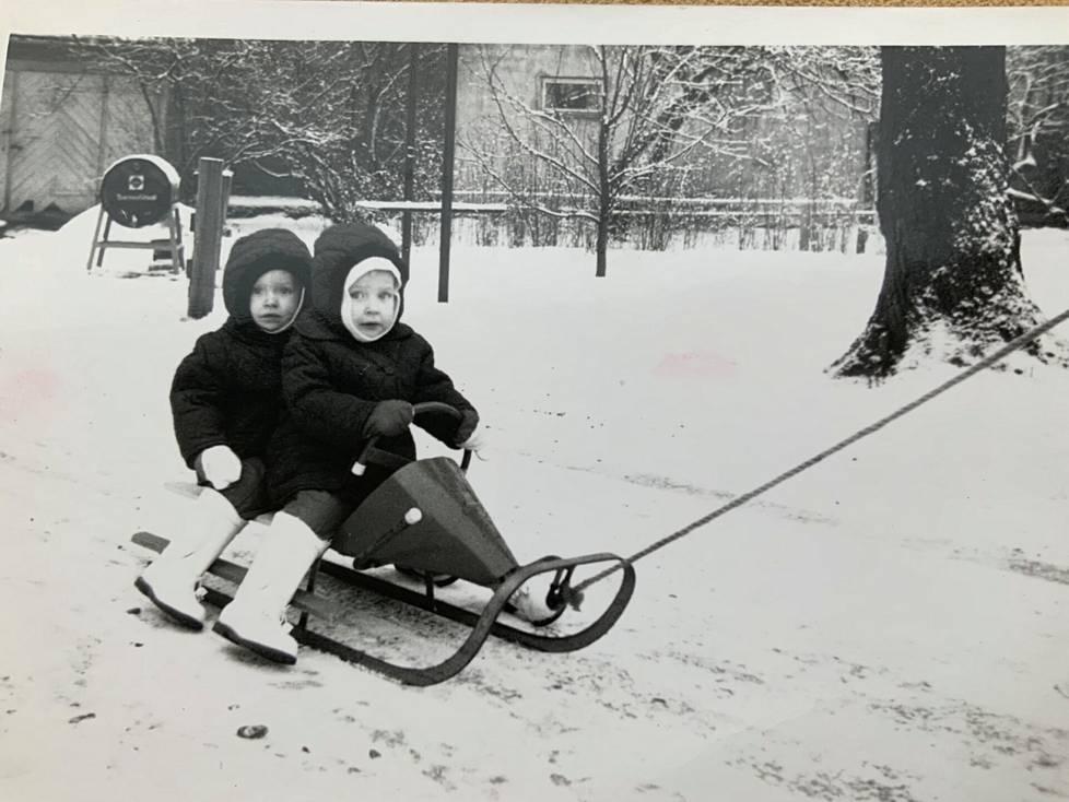 Vuosi 1964. Kaksivuotiaina Liisan kanssa kelkkailemassa. Minä olen ratissa 8 minuuttia vanhemman oikeudella.