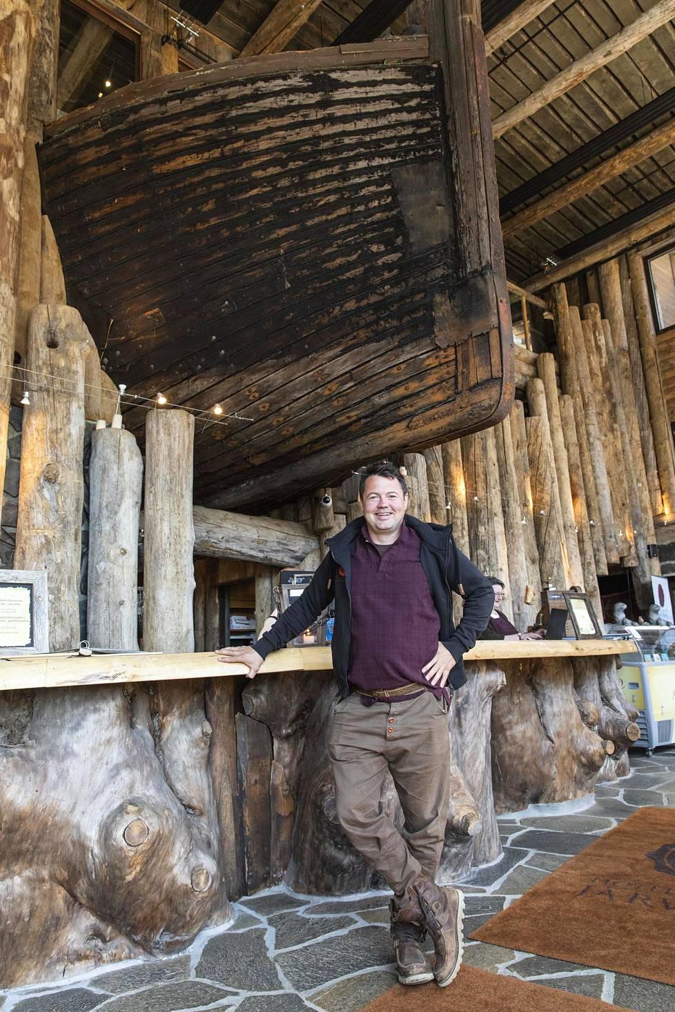 Vastaanoton yläpuolella törröttävän lotjan Markus Heiskanen osti kossupullon hinnalla. Kuljetus maksoikin sitten 30000 euroa.