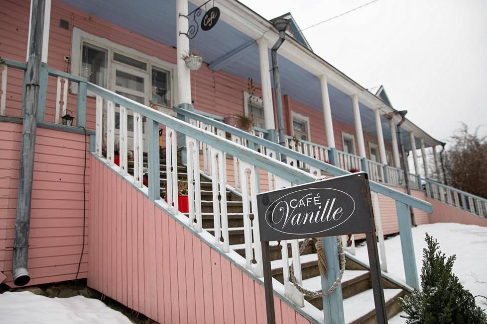 Café Vanillen verannalla voi syödä laskiaispullansa vilttiin kääriytyneenä.