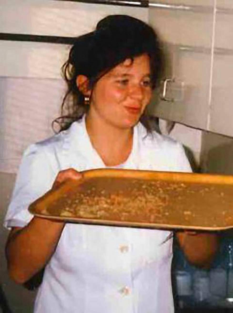 Ennen kuin Tuula Lukkarinen jäi työttömäksi, hän työskenteli keittiöapulaisena. Ennenjulkaisemattoman kuvan tarkka kuvaamisajankohta ei ole poliisin tiedossa, mutta se on Lukkarisesta säilyneistä kuvista uusimmasta päästä.
