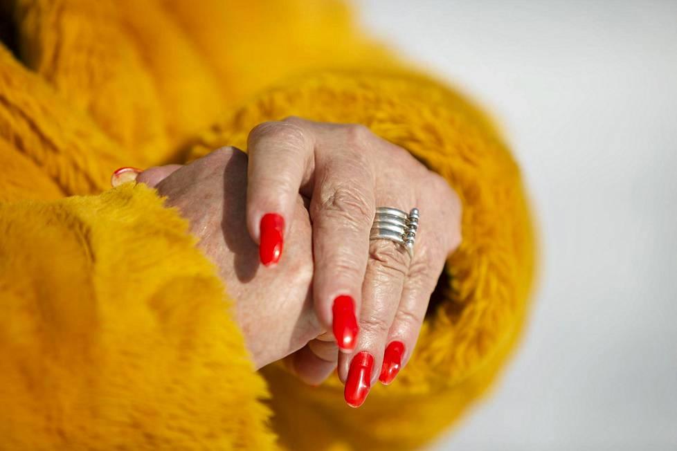 Frida yrittää paikata kosketuksen puutetta vaatteilla, jotka tuntuvat pehmeiltä iholla.
