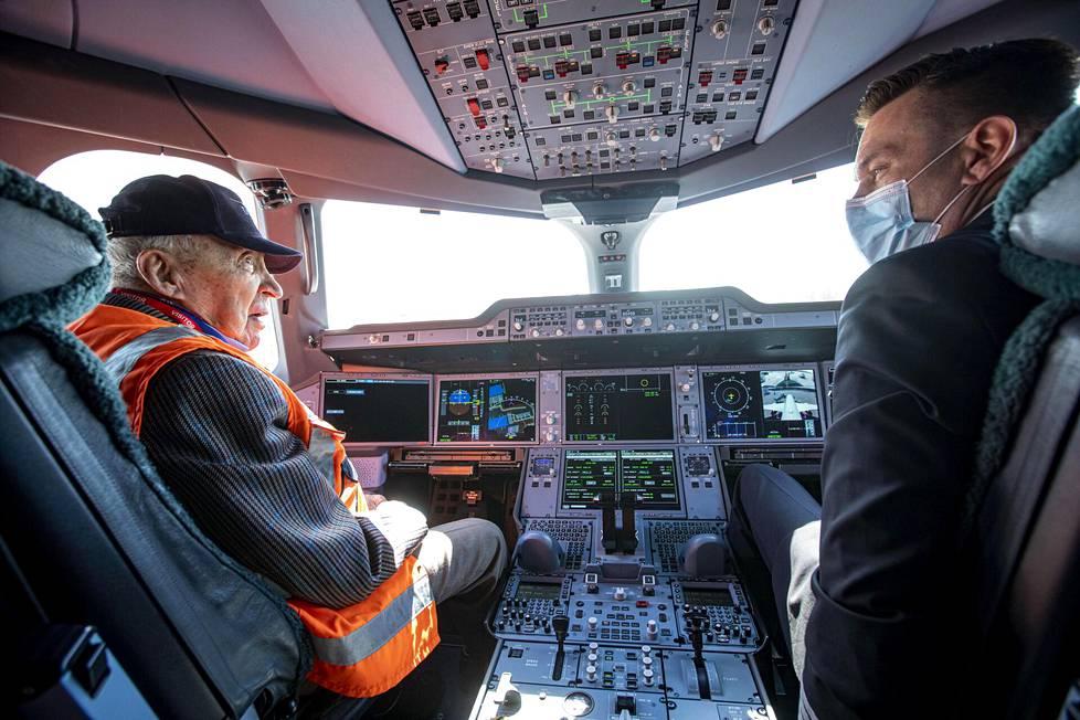 Sukupolvenvaihdos Airbus 350:n ohjaamossa. Mauri Maunula kapteenin paikalla ja lentokapteeni Petteri Tarma perämiehen penkillä. Molemmat ovat lentäneet DC-3:lla, Mauri huomattavasti enemmän.