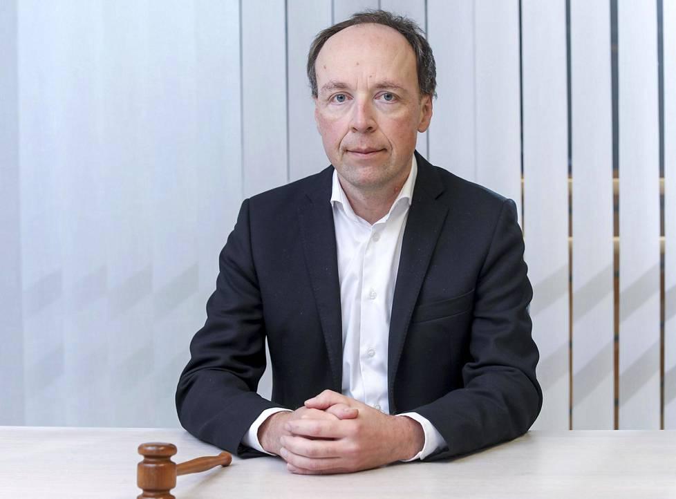 Perussuomalaisten puheenjohtaja Jussi Halla-aho sanoo, etteivät perussuomalaiset ole broilerikoulun läpi tulleita ihmisiä eivätkä ole oppineet normaaleja poliittisen liturgian puhetapoja.