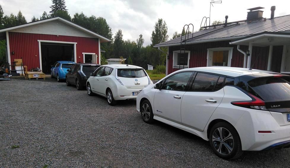 """Huikkojen pihassa on ollut joskus Nissan Leafeja """"ruuhkaksi"""" asti, kun kylässä on käynyt muita sähköautoilijoita."""