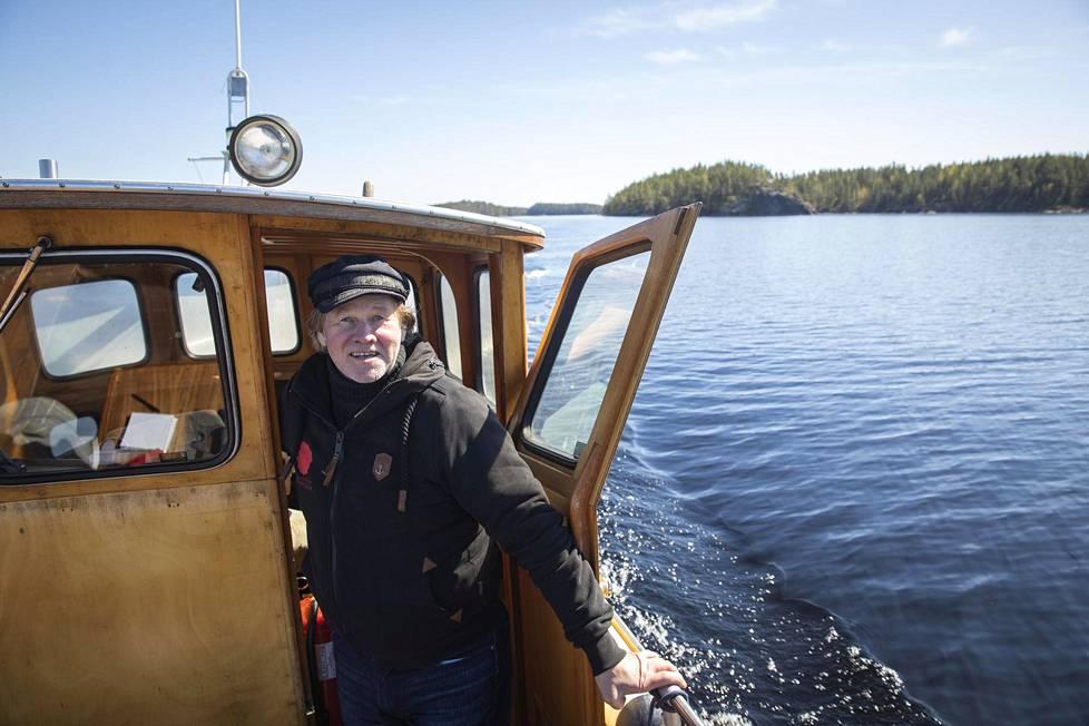 Järvisydämen vanha isäntä Jari Heiskanen vie matkaajia norppasafarille. Hän varoo menemästä liian lähelle, ettei norppa pulahda piiloon kiveltään.
