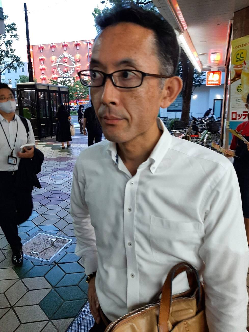 Liikemies Takashz Nagano sanoo, ettei maan viranomaisten asettama alkoholin myyntikielto pidä Tokiossa. Osa ravintoloista ja baareista myy alkoholia hätätila-asetuksen aikanakin.