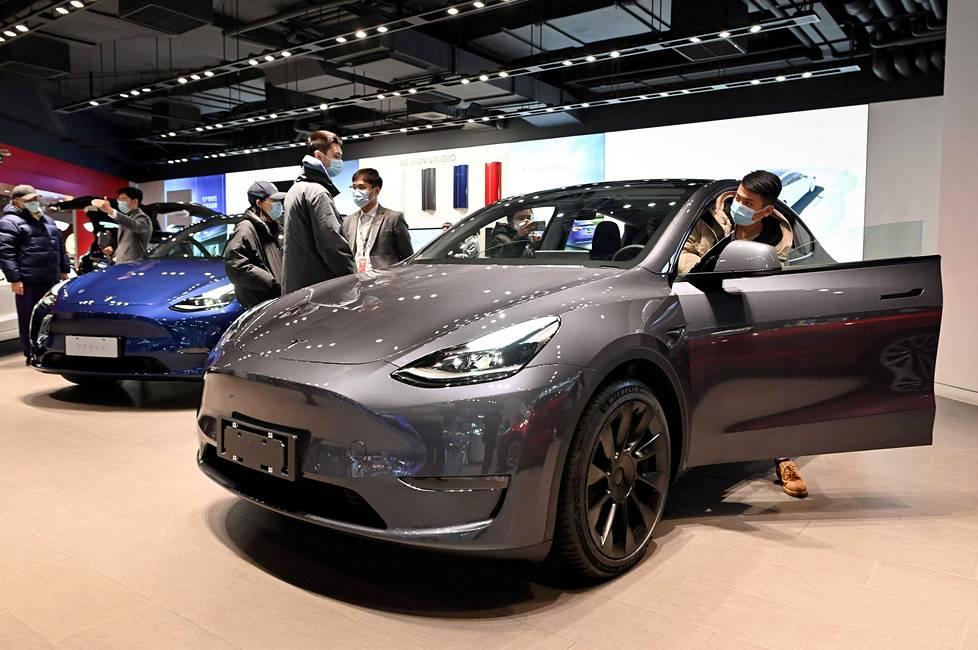 Ihmiset tarkastelivat Teslan Model 9 -autoa Pekingissä tammikuun alussa.