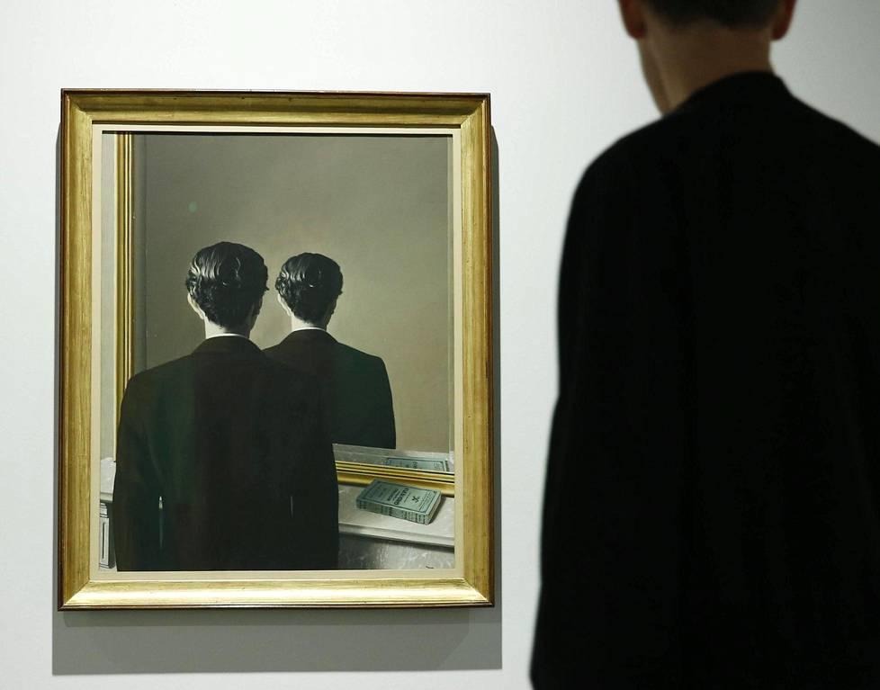 """Magritten näyttely Belgiassa 2017. Maalauksen nimi on """"Ei kopiotavaksi"""". Sen mallina pidetään englantilaista runoilijaa Edward Jamesia."""