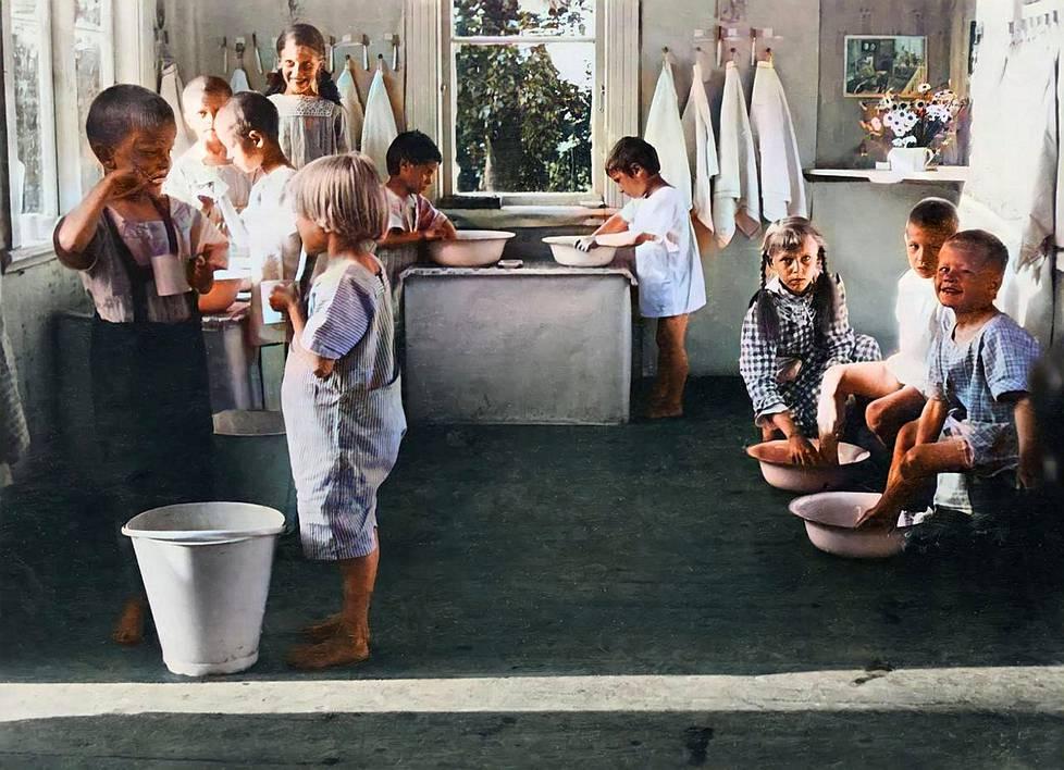 Sisällissodassa 1918 jäi orvoksi 25 000 lasta. Seesteinen kuva lastentarhojen kesäsiirtolan pesupuuhista on tuolta kesältä. Mitä pienten vanhemmille oli tapahtunut?
