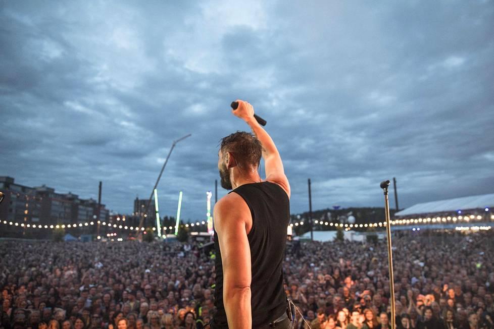 Lauri Tähkällä on edessä ensimmäinen keikaton kesä 20 vuoteen. Se tuntuu oudolta, mutta on myös tuonut elämään tilaa muille asioille. Kuva viime kesän Suomipop-festivaalilta.