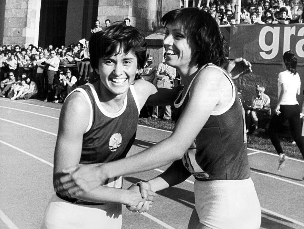 Marlies Göhr kilpakumppaninsa Bärbel Wöckelin kanssa vuonna 1982.