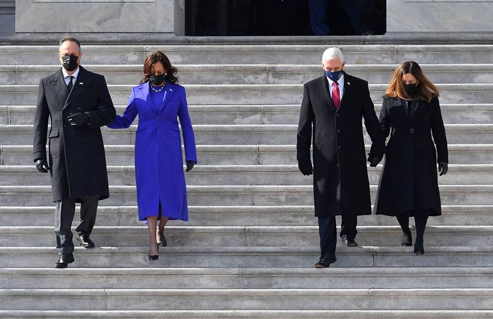 Varapresidentti Kamala Harris (2. vas.) saatteli puolisonsa Doug Emhoffin kanssa edeltäjänsä Mike Pencen ja tämän vaimon Karen Pencen alas Capitolin rappusia.