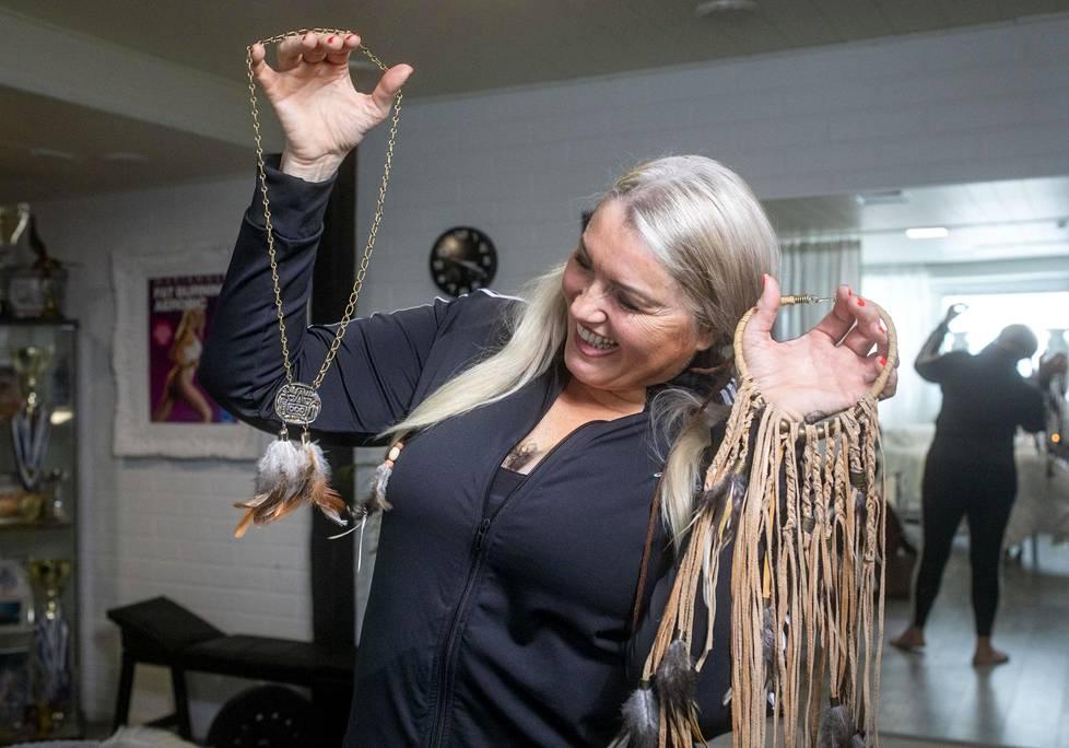 Marianne Kiukkonen hoitaa ihmisiä studiollaan, voimavalmentaa nuoria futispelaajia ja kirjoittaa elämäkertaa.