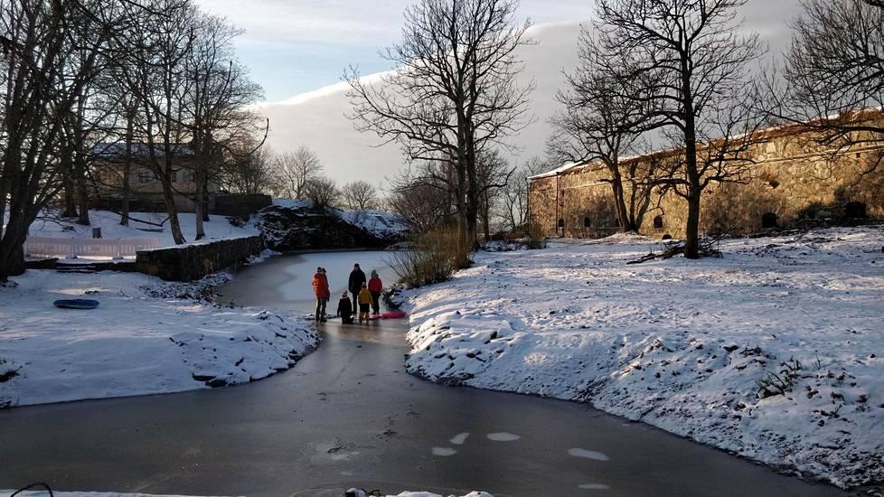 Lasten kanssa Suomenlinnaan kannattaa pakata pulkka ja taskulamppu.