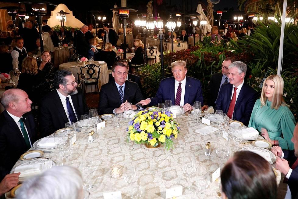 Trump ja hänen tyttärensä Ivanka kestitsivät Brasilian presidenttiä Jair Bolsonaroa Mar-a-lagon pyöreässä pöydässä maaliskuussa 2020.