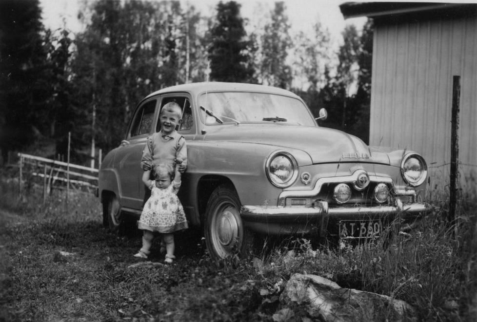 Simca Aronde kesti ja kuljetti Saharasta kotiin ihmiset, eläimet, taikamatot, ihmelamput… Tässä kulkupeli mökillä juuri ennen matkaa 1954. Pikku-Anu ja serkkupoika Timo poseeraavat. Varsinaiset matkakuvat ovat kadoksissa.