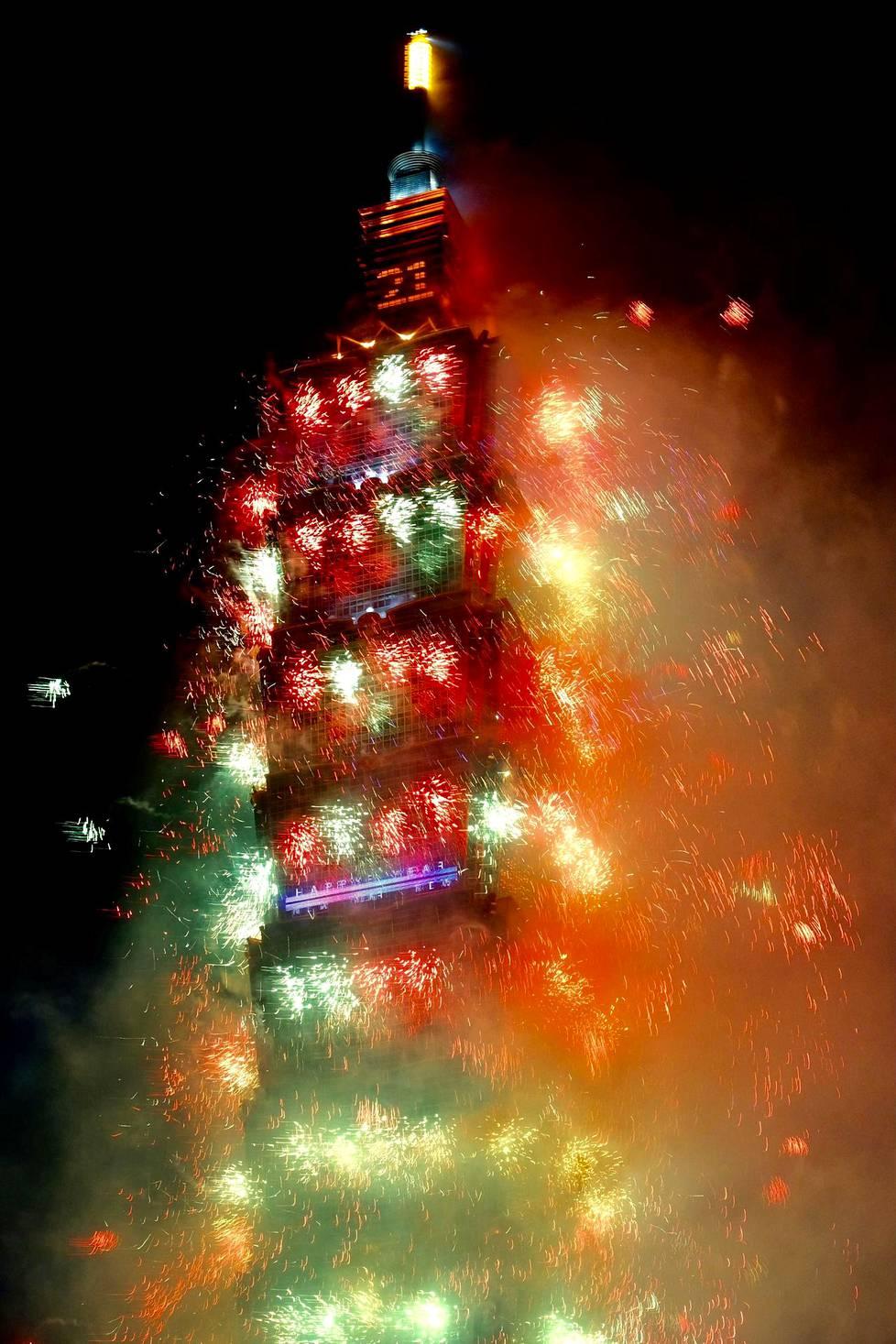 Taipei 101:n väriloistoa.