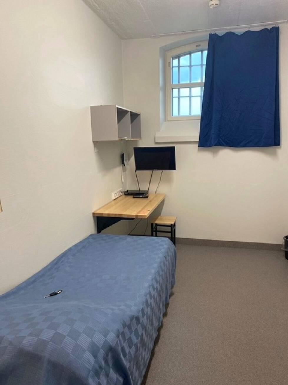 Nuoriso-osaston vankisellien varustus on Helsingin vankilassa samanlainen kuin muillakin asuinosastoilla. Selleissä on sänky, työpöytä, oma wc ja televisio.