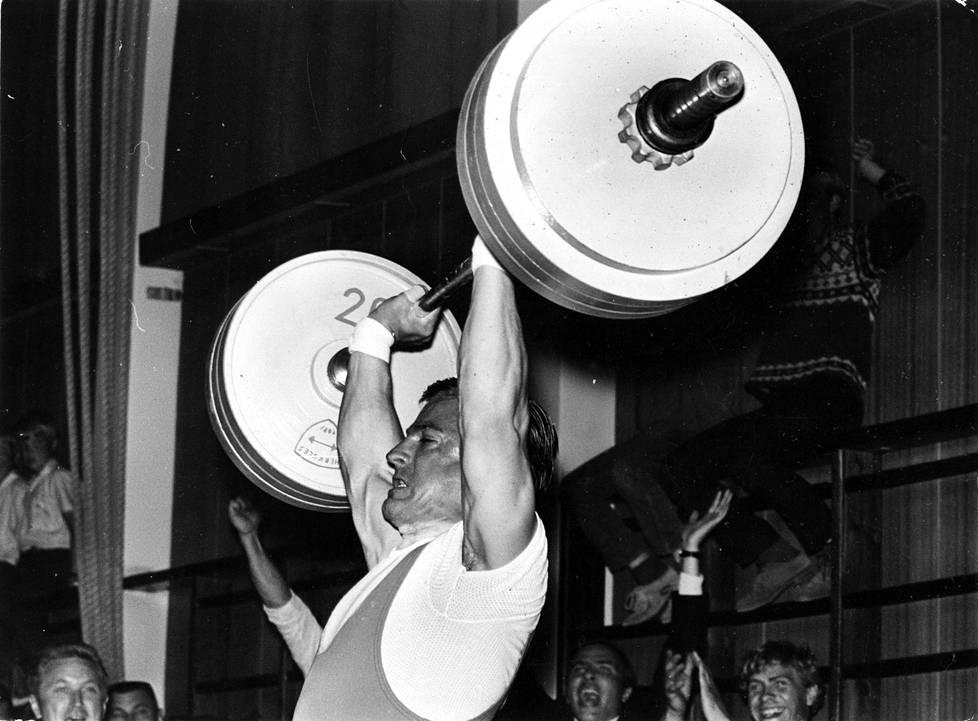 Porissa 1968 Kaarlo Kangasniemi nosti maailmanennätyksen yhteistuloksella 515 kg.