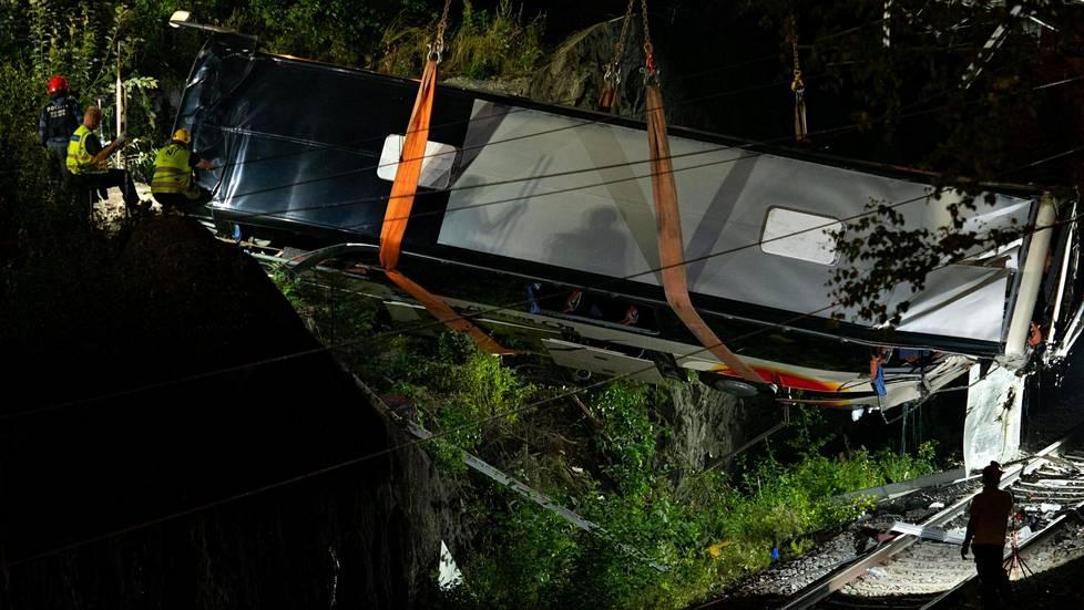 Näin Kuopion turmabussi nousi yön pimeydessä junaradalta.