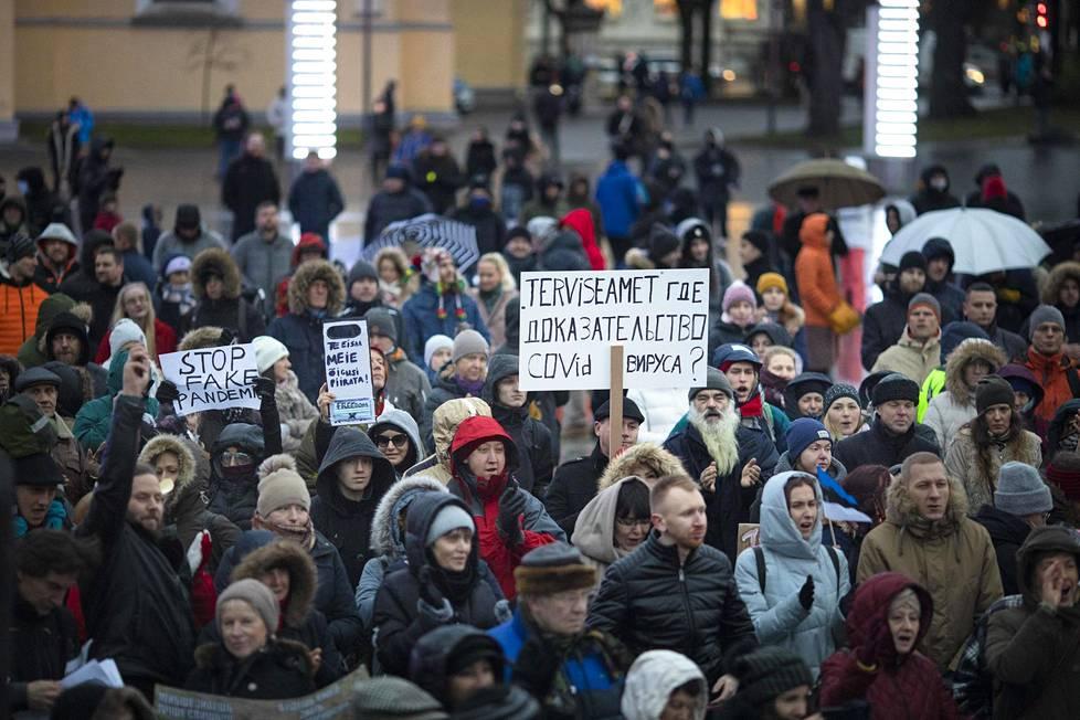 Tallinnassa järjestettiin marraskuussa 2020 rajoitustenvastainen mielenosoitus.