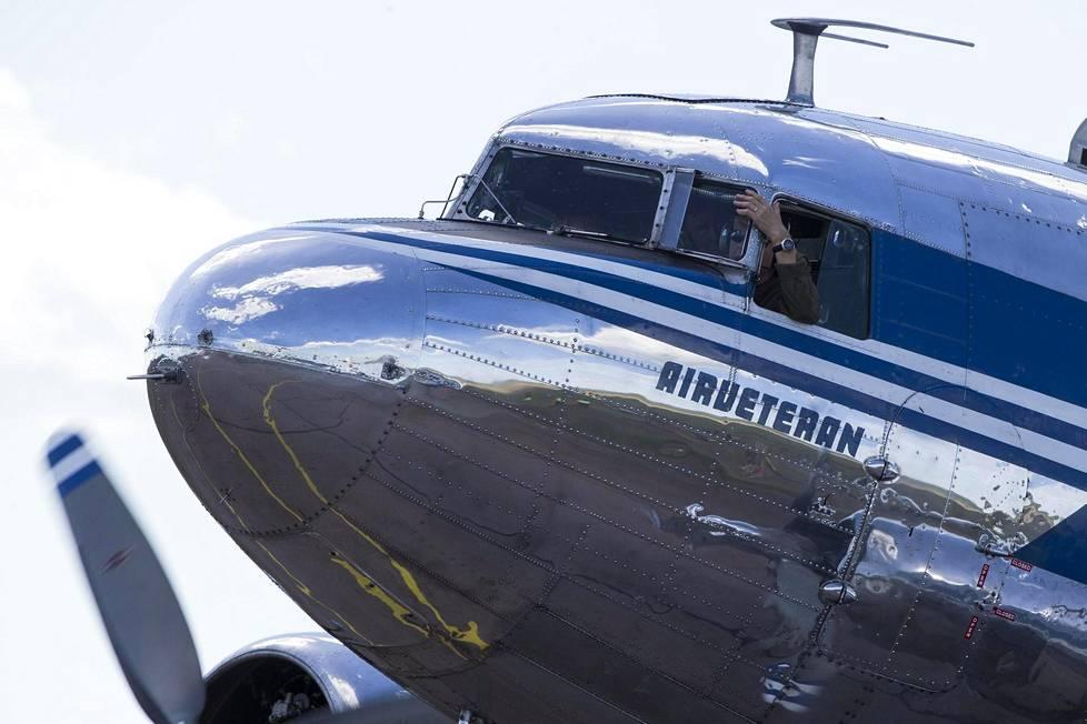Vanha DC-3-matkustajakone vieraili Tikkakoskella Helsingistä.