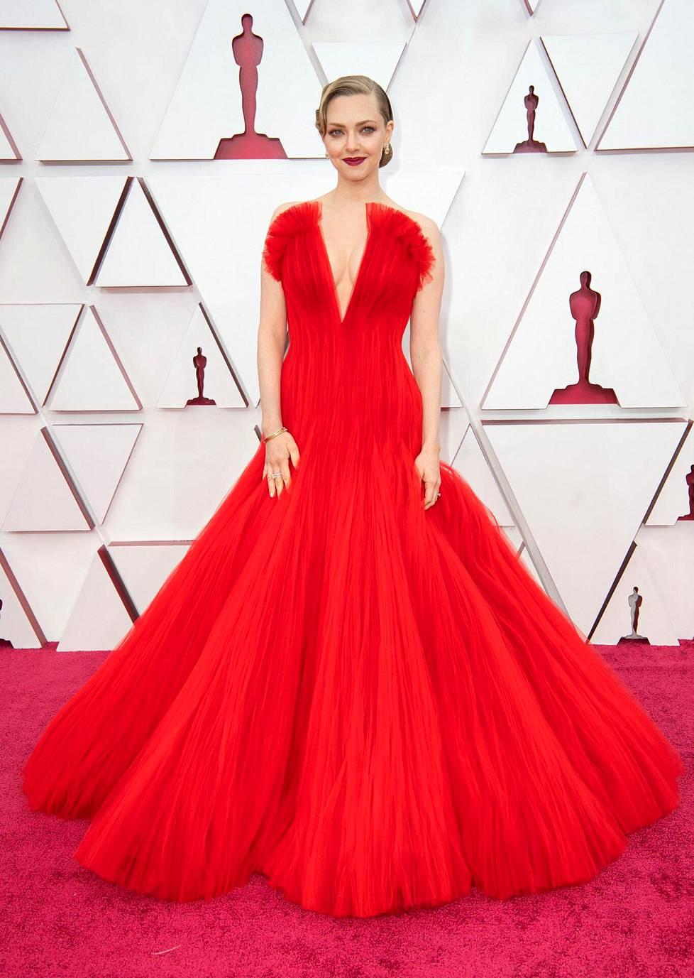 Näyttelijätähti Amanda Seyfriedin punaisessa muotiluomuksessa nähtiin syvään uurrettu ja taidokas kaula-aukko.