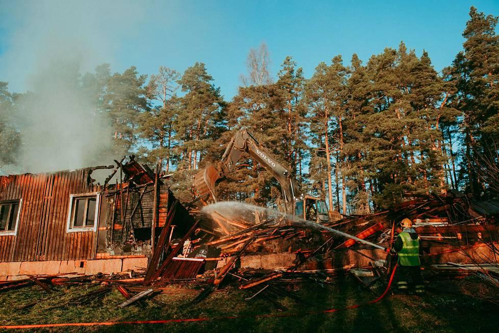 Milla kuvasi talonsa paloa. Se tuhoutui lopulta täysin.