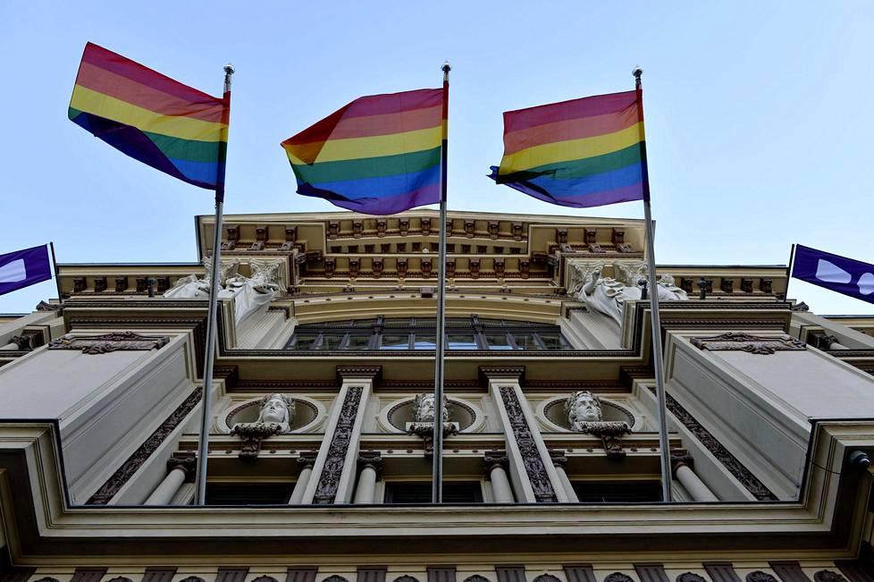 Sateenkaarilippuja taidemuseo Ateneumin edustalla Helsingissä 25. kesäkuuta 2018. Seksuaali- ja sukupuolivähemmistöjä juhlistava viikko alkoi maanantaina.