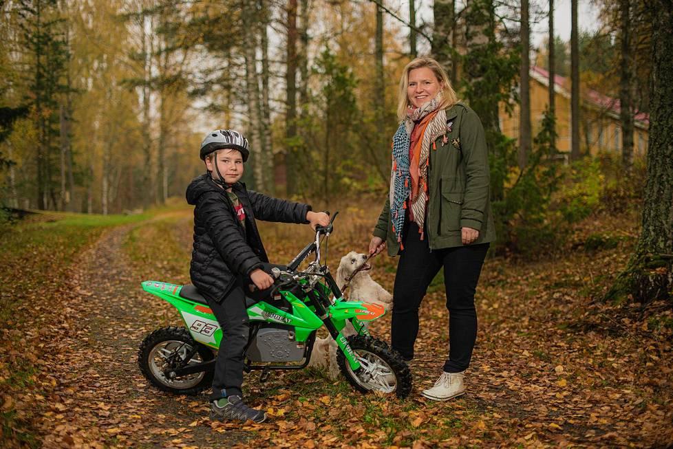 Riikka-Maria Lemminki on erityisen iloinen pienestä kyläkoulusta, jonne hän saattaa poikansa aamuisin.