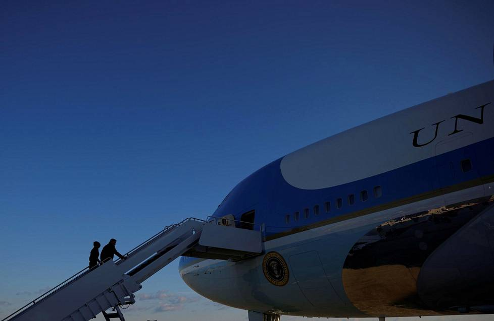 Trumpit nousivat Air Force Onen kyytiin, jolla lensivät kotiinsa Mar-a-Lagoon Floridaan.
