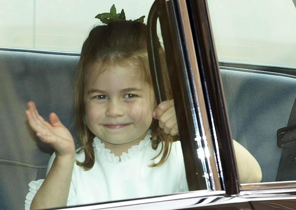 Prinsessa Charlotte vilkutti iloisesti Windsorin linnan edustalle saapuneille kuninkaallisfaneille.