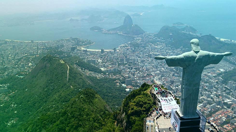 Nämä näkymät käyvät pian tutuiksi olympiakisojen seuraajille. Corcovado-vuorelta kaupunkia valvova Kristus-patsas on Rion ikonisin maamerkki.