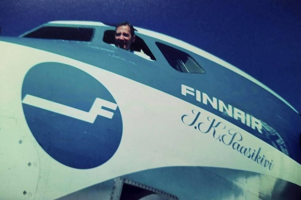 Lentokapteeni Mauri Maunula lähdössä viimeiselle reittilennolle Finnairin palveluksessa 1973. DC-8 -lensi Amsterdamin kautta New Yorkiin.