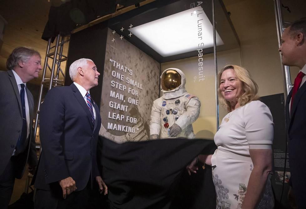 Astronautin poika Rick Armstrong, varapresidentti Mike Pence ja museonjohtaja Ellen Stofan julkistivat Neil Armstrongin historiallisen asun tiistaina Washington D.C:ssä.