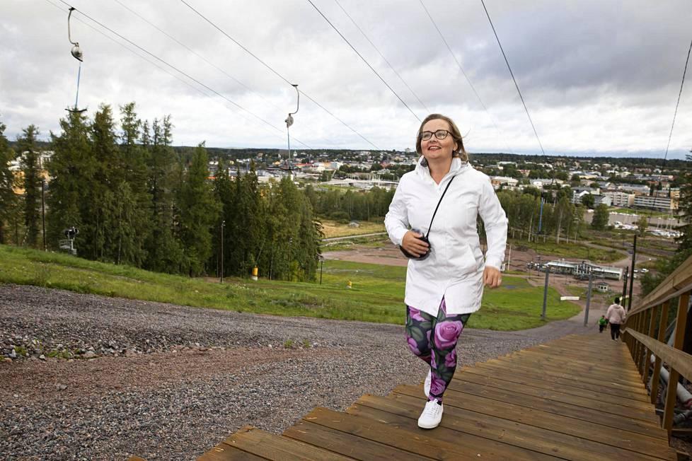 Leena Nurmi nauttii Porvoon Kokonniemen vasta rakennetuista kuntoportaista.