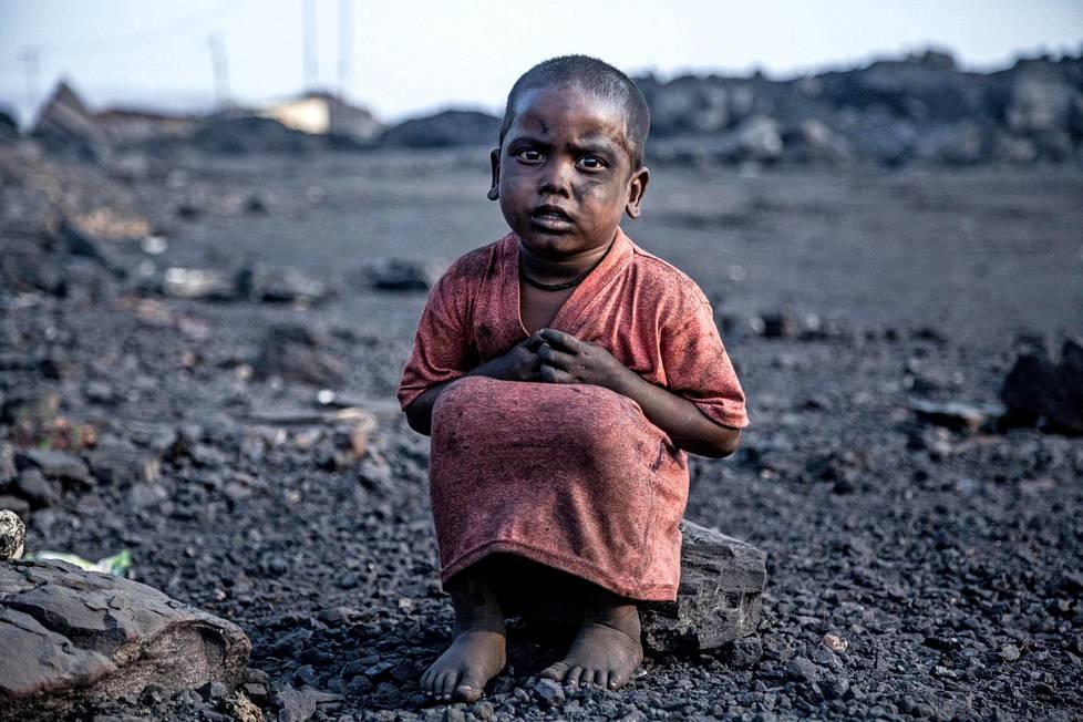 Tämä hiilenkerääjä kertoi olevansa vain kolmevuotias. Kuvaaja Supratim Bhattacharjee on dokumentoinut Jharian lapsia jo vuosien ajan.