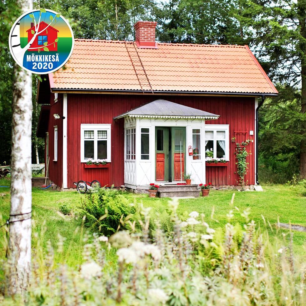 Bergetin torppa maalataan uudelleen vaaleanpunaisella punamullalla. – Nykyisin tavallisesti käytettävä punamulta on 50-luvulta. Valkoiset nurkat eivät myöskään ole ajalle tyypillisiä, talo oli aiemmin kokonaan punainen, Christina kertoo. Christina on remontoinut talon kaikki ikkunat.