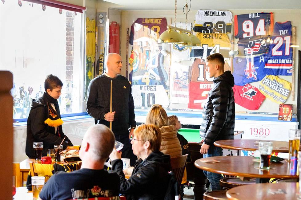 Hallin kupeessa sijaitseva The Nottingham Legend -ravintola on oleellinen osa kannattajan pelipäivää.