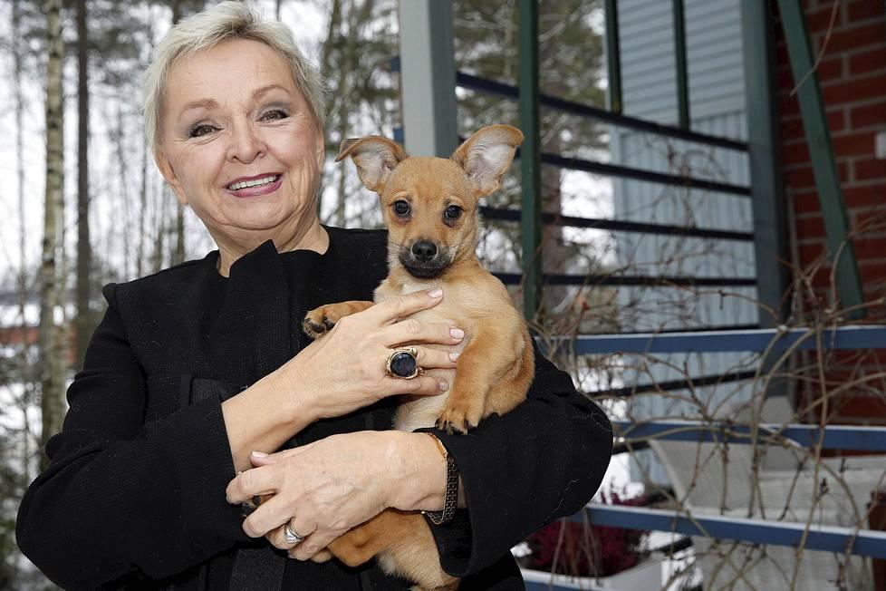 Raija Oranen kotonaan Veikkolassa Topi-koiran kanssa.