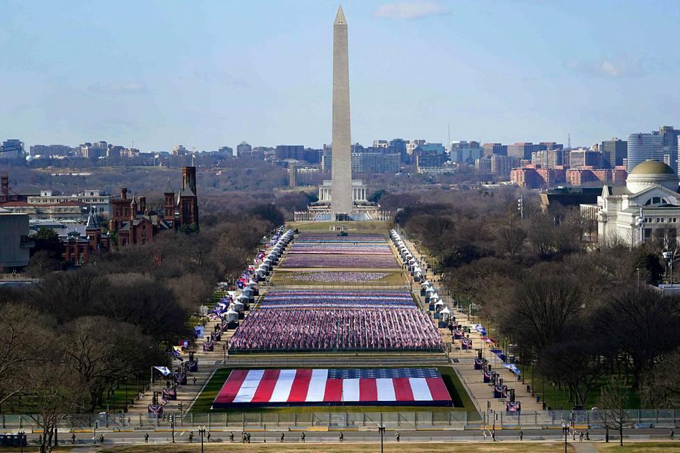 National Mallilla ei ollut tällä kertaa yleisöä vaan tuhansia Yhdysvaltain lippuja muistuttaen koronapandemian amerikkalaisuhreista.