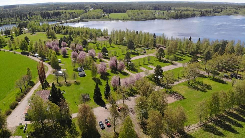 Karavaanialue Iso Mies sijaitsee järven rannassa.