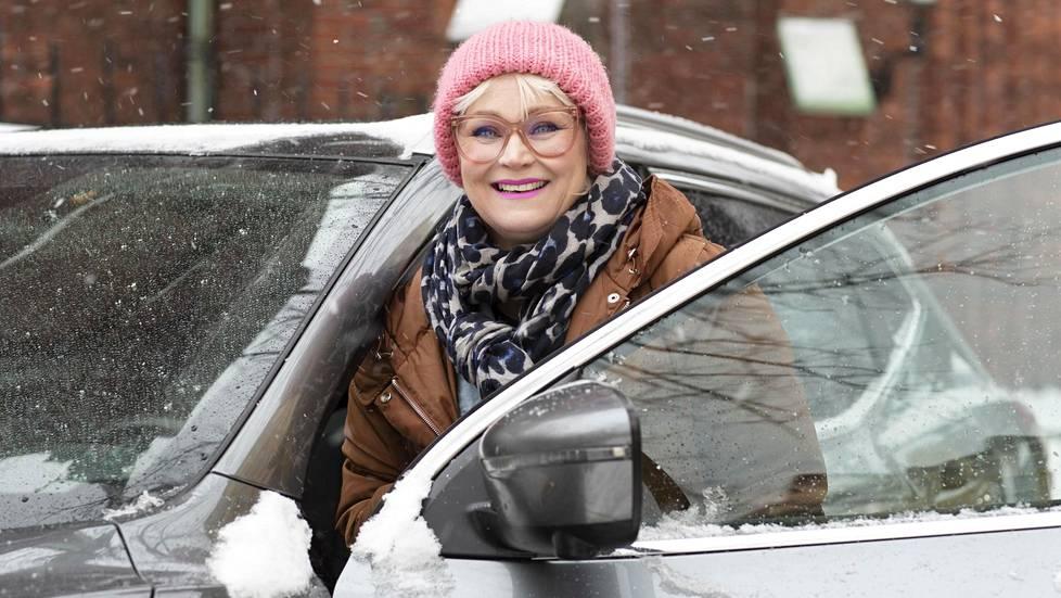 """Meikkaaja-kampaaja Riia Koivisto on ollut erityisen tyytyväinen Beelyn palveluun. """"Beely-auto on huoleton."""""""