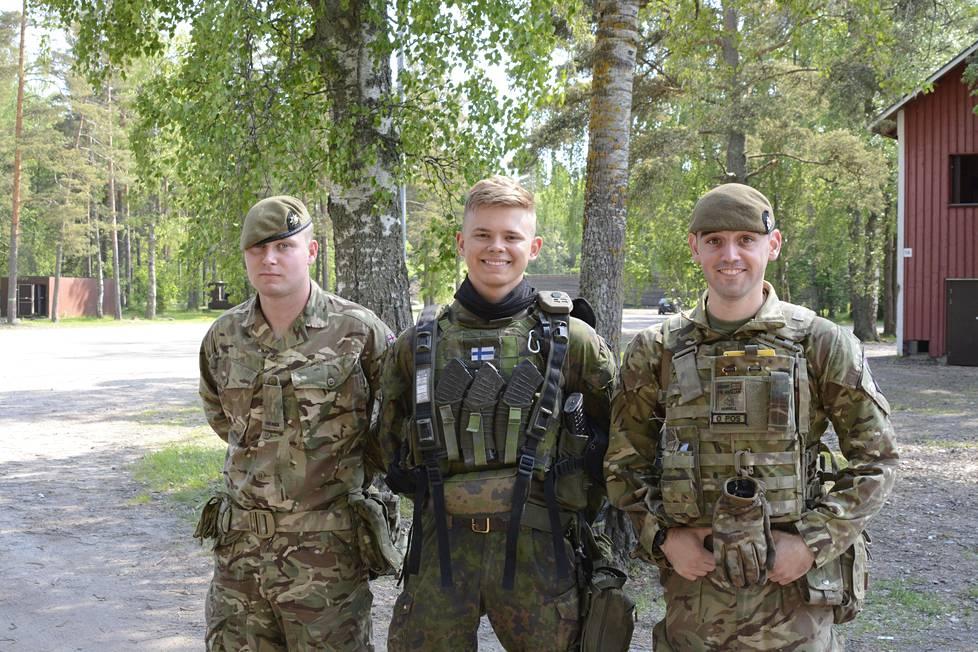 Kristian Owen (keskellä) suorittaa asepalvelusta Santahaminassa. Vasemmalla puolella on sotamies Glyn Spalding ja oikealla puolella sotamies Karl Murrel. He kuuluvat brittijoukkoihin.