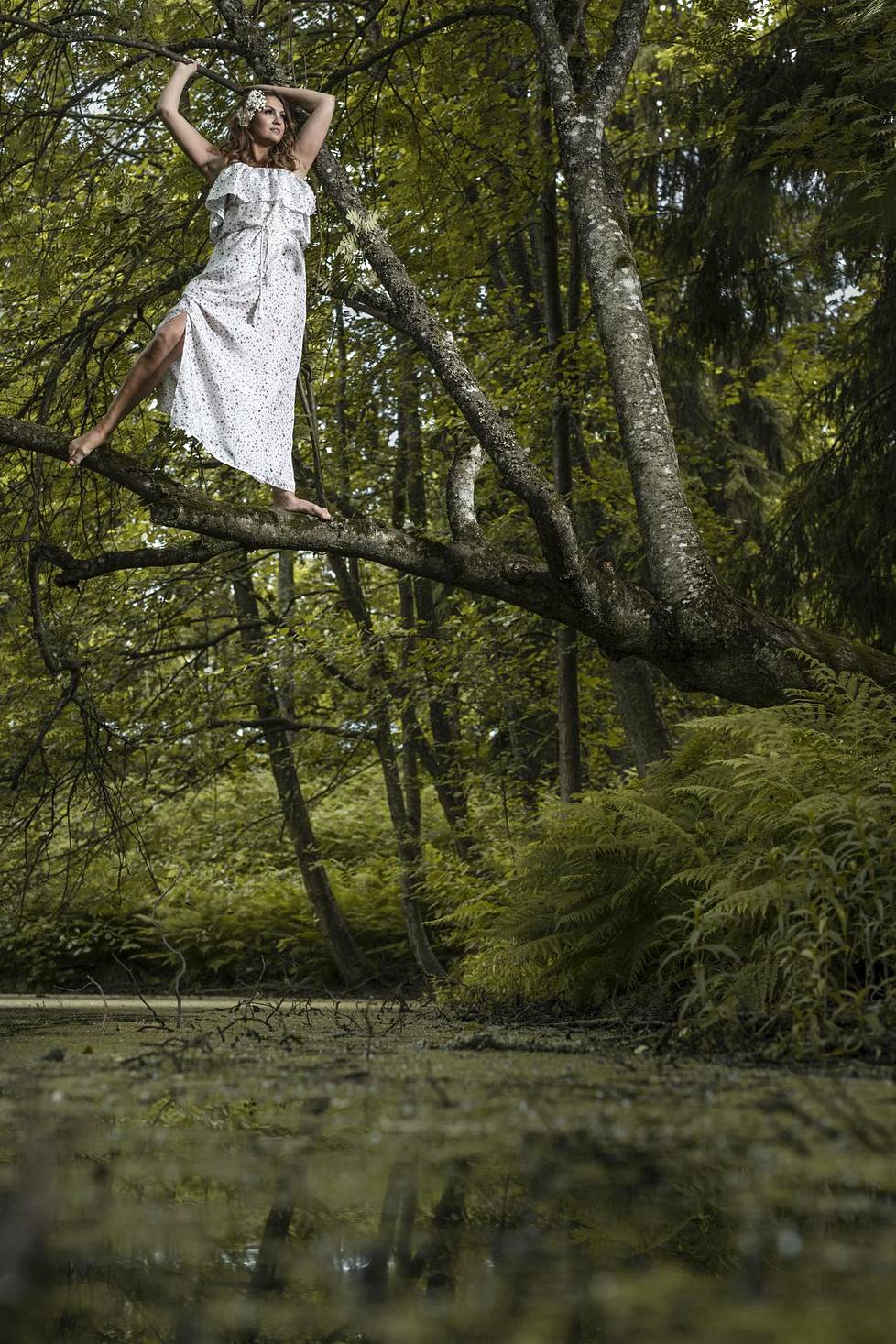 Janina on luonnonlapsi, joka ei pelkää heittää itseään likoon. Tai tässä tapauksessa puun oksalle.