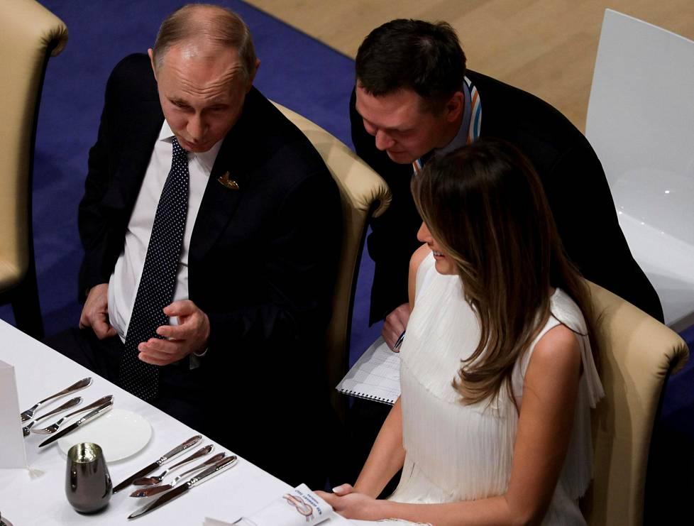 Yhdysvaltain ensimmäinen nainen Melania Trump pääsi illallisella istumaan Venäjän presidentin Vladimir Putinin viereen.