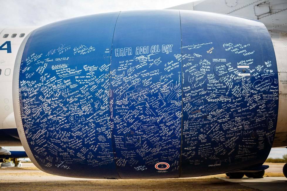 Delta-lentoyhtiön viimeisen Boeing 747-koneen jäähyväislennon matkustajat ikuistivat terveisensä koneen moottoriin.