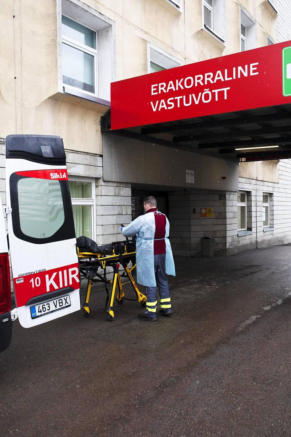 Ensihoitaja puhdisti torstaina Itä-Tallinnan keskussairaalan edessä ambulanssia.
